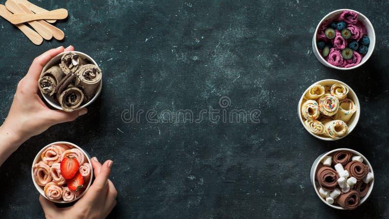 Gerold roomijs in kegelkoppen op donkere achtergrond stock foto's