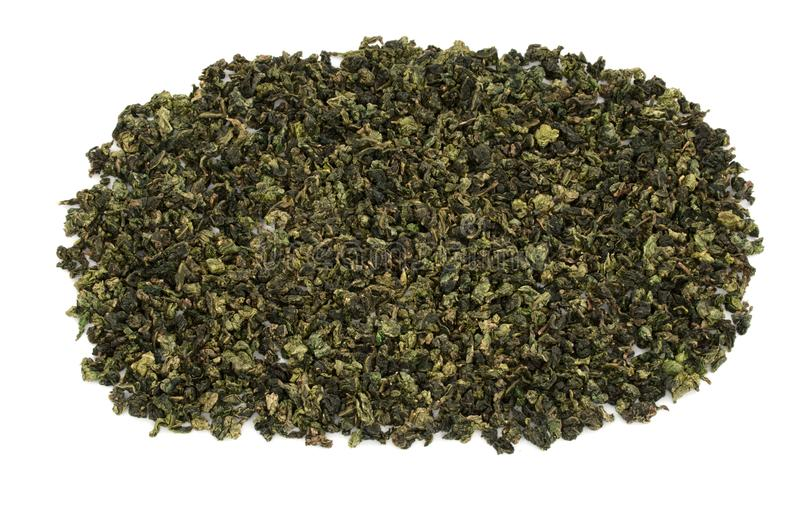 Gerolde bladeren van de Chinese groene die thee van Oolong op witte rug wordt geïsoleerd royalty-vrije stock foto