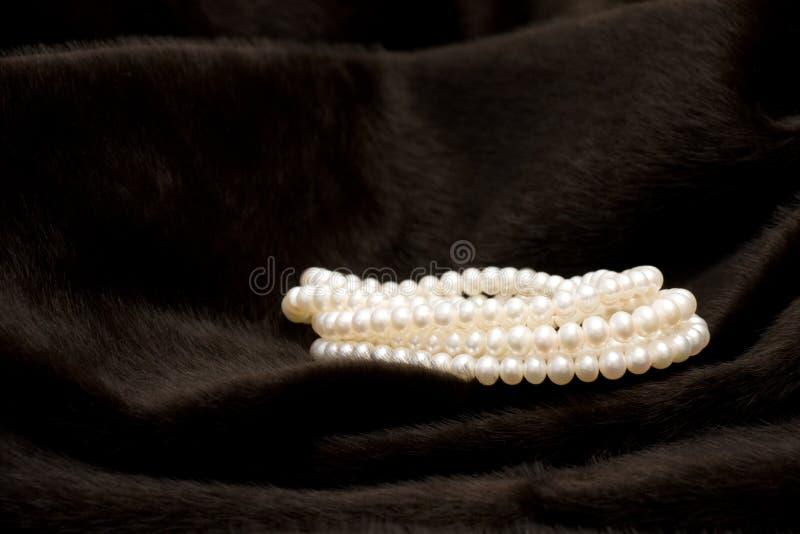 Gerollte weiße Perlen-Zeichenkette lizenzfreie stockfotografie