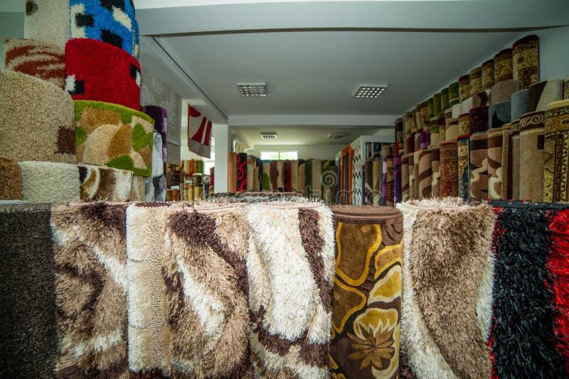 Gerollte Wolldecken innerhalb eines Wolldecken-Speichers stockfoto