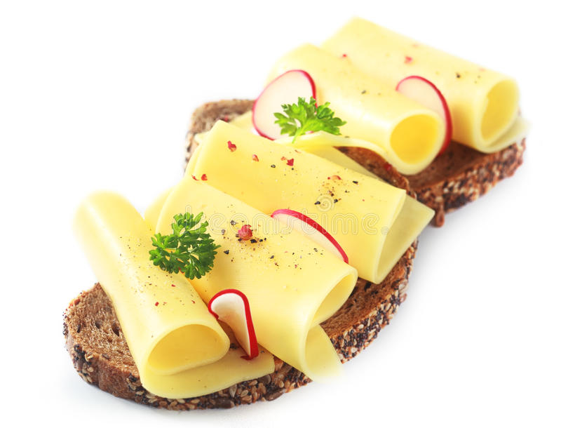 Gerollter Gouda-Käse auf einem Vollweizensandwich lizenzfreie stockfotos