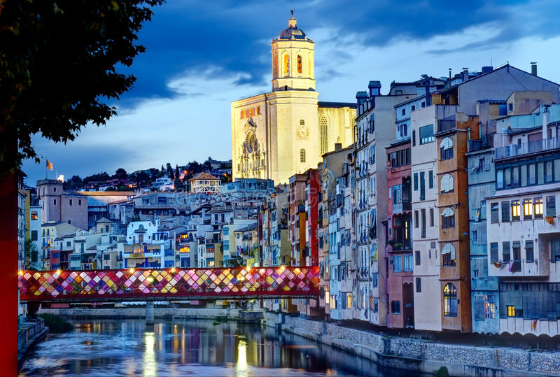 Gerona, Spanien, domkyrka och Gammal-stad vid natt fotografering för bildbyråer