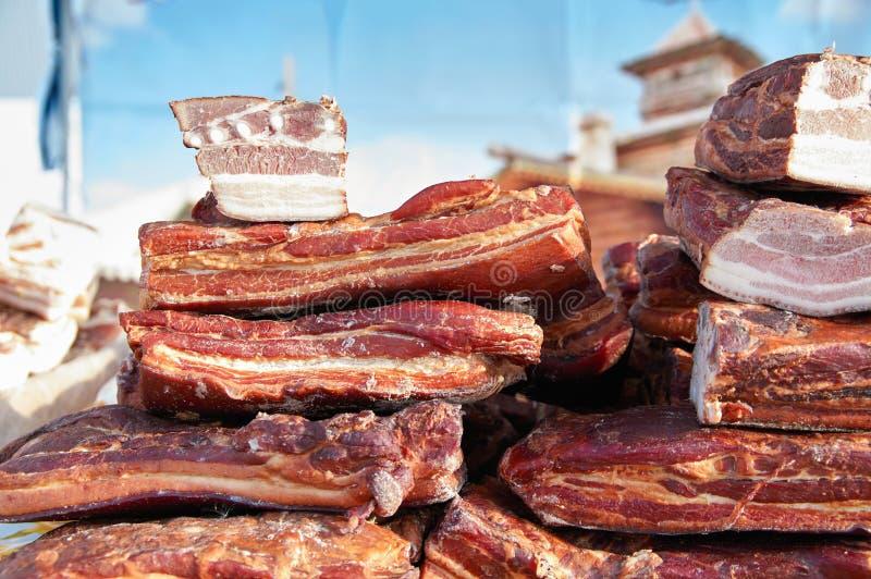Gerookt bacon met vlees Stapelstukken gerookt vlees stock foto
