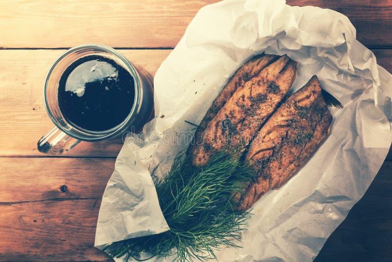 Gerookt makreelvisfilet met kruiden en donker bier stock afbeeldingen