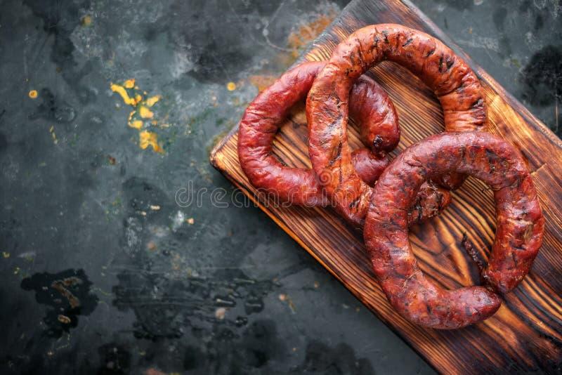 Gerookt om de worsten van het ringsrundvlees op houten raad royalty-vrije stock afbeeldingen