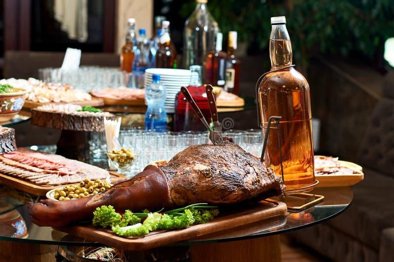 Gerookt varkensvleesbeen op de restaurantlijst royalty-vrije stock afbeeldingen