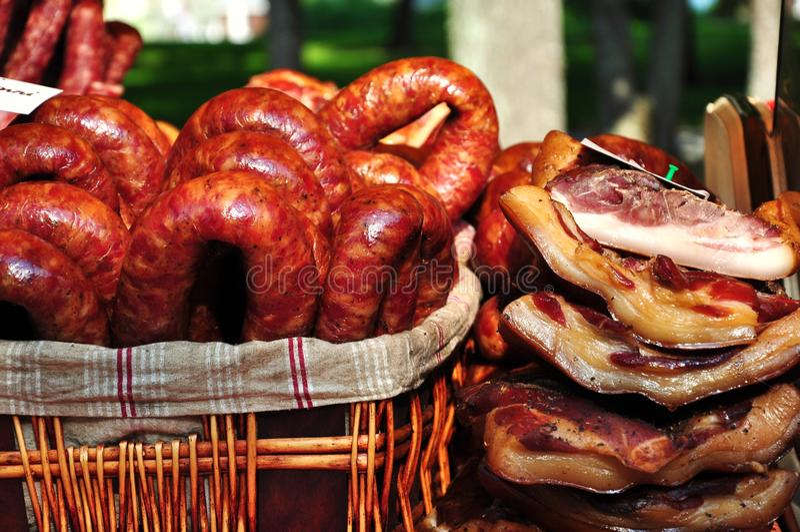Gerookt worsten en vlees stock foto's