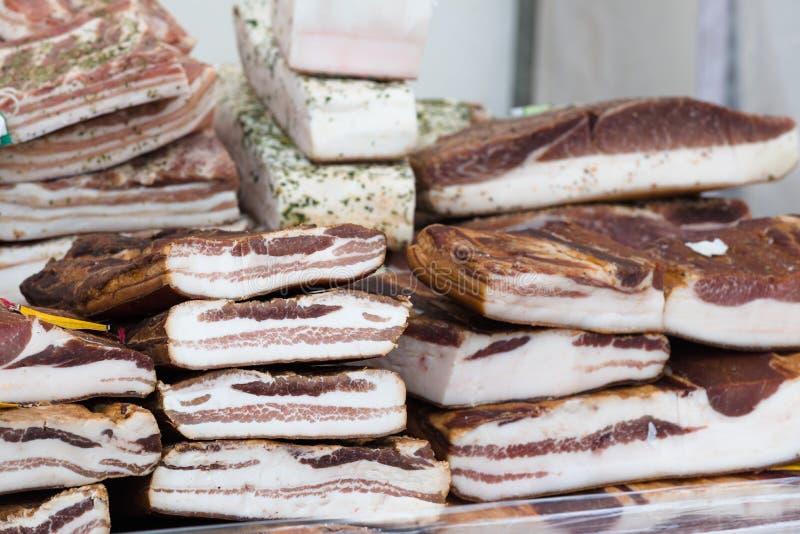 Gerookte baconsnede voor verkoop bij een lokale landbouwers` s markt in Litouwen royalty-vrije stock fotografie