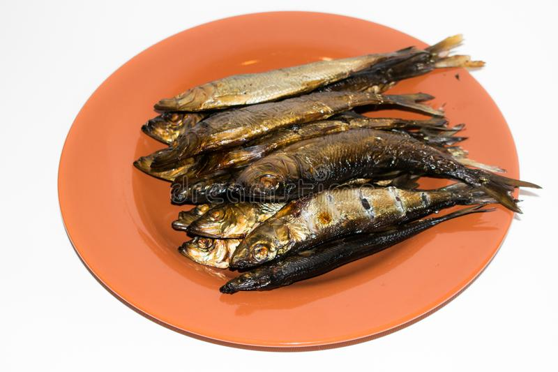 Gerookte Baltische haringenvissen in een plaat, stock foto's
