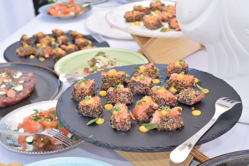 Gerookte die zalmballen met diverse kruiden worden gekruid stock foto's