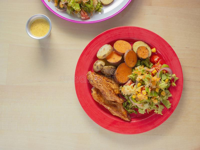 Gerookte Geroosterde Kip met BBQ Saus en een mengeling van Aardappels en Bataten en Groene Salade met Geel Graan stock afbeelding