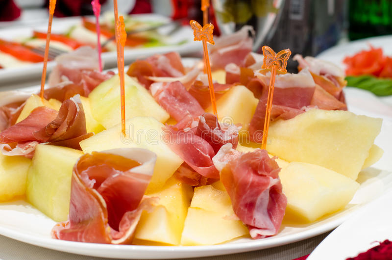 Gerookte ham en kaasvoorgerechten op een buffet royalty-vrije stock afbeelding