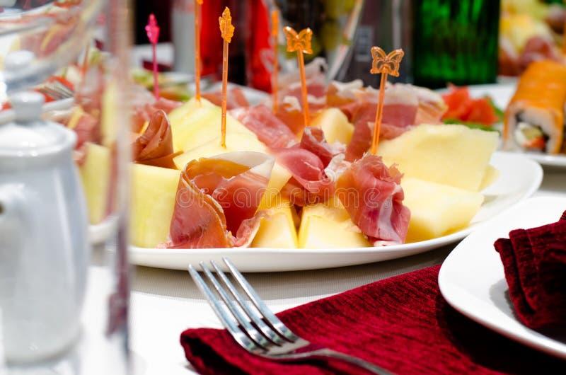 Gerookte ham en kaasvoorgerechten op een buffet royalty-vrije stock fotografie
