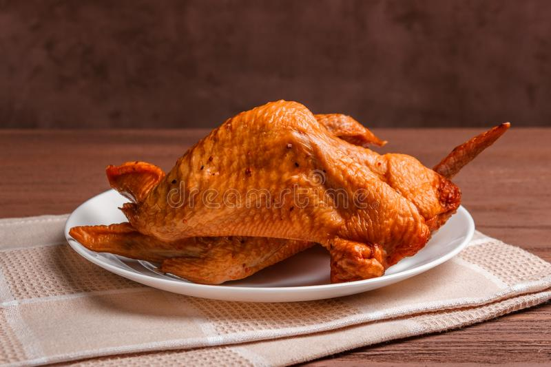Gerookte kippenvleugels met kruiden in een witte plaat op een servet royalty-vrije stock foto