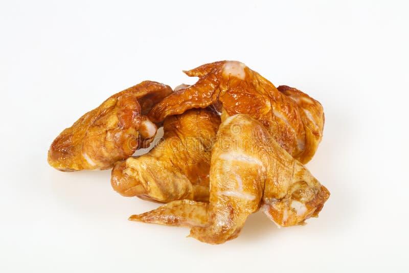 Gerookte kippenvleugels over witte achtergrond royalty-vrije stock afbeelding