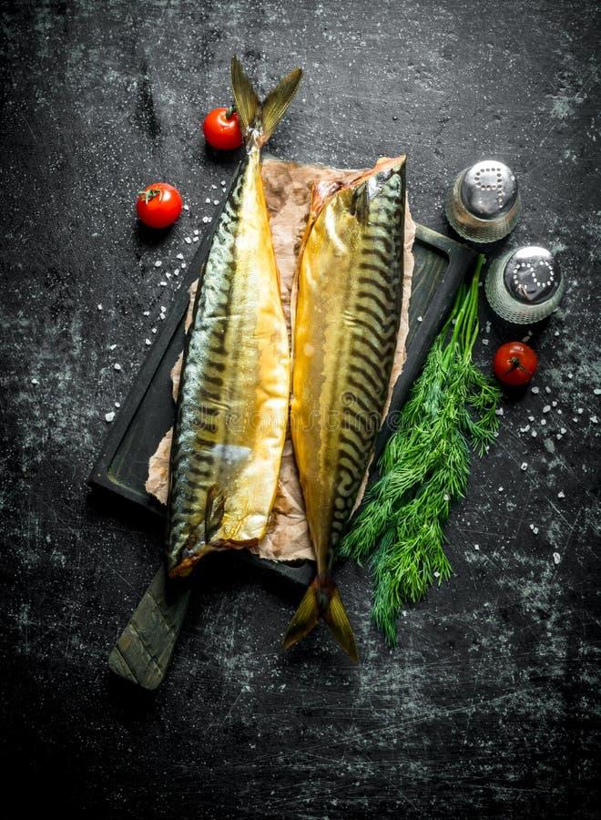 Gerookte makreel met kruiden, dille en kersentomaten stock foto