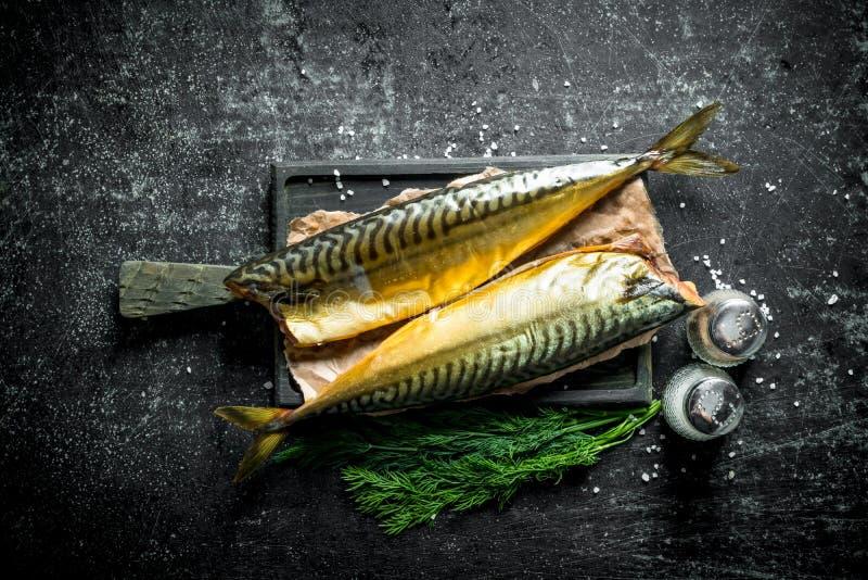 Gerookte makreel met kruiden en dille stock fotografie