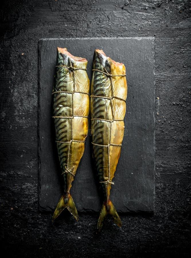 Gerookte makreel op een steenraad royalty-vrije stock fotografie