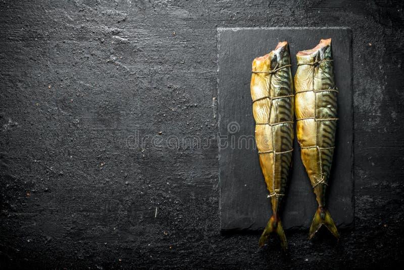 Gerookte makreel op een steenraad stock fotografie