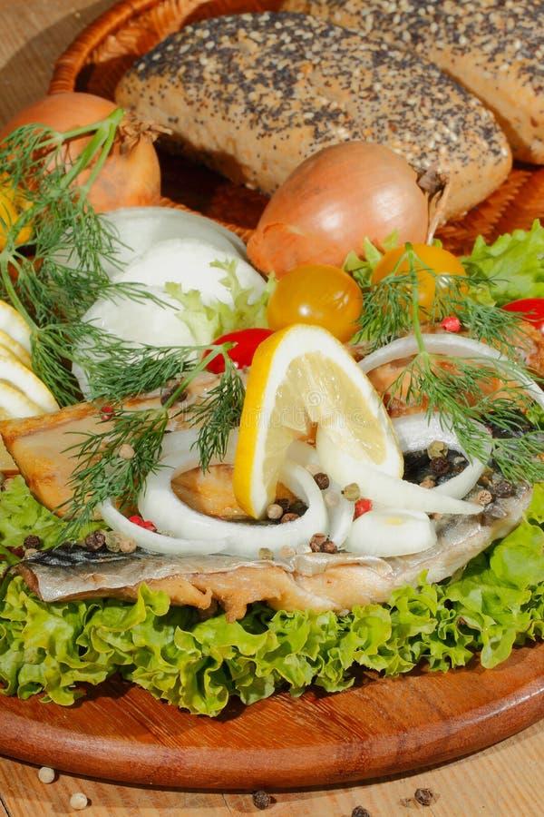 Gerookte makreelfilet met salade, citroen, uien, tomaat stock foto