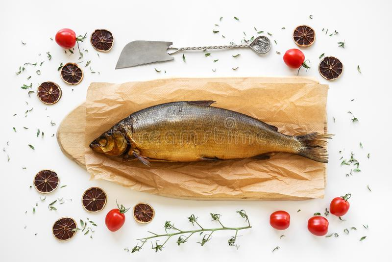 Gerookte Omul-vissen met kruiden en tomaten stock foto