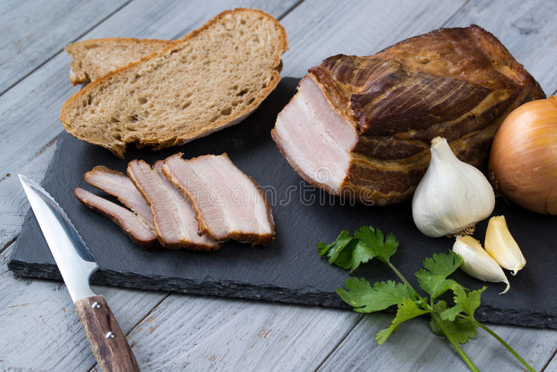 Gerookte reuzel met groenten en brood op houten achtergrond royalty-vrije stock afbeelding