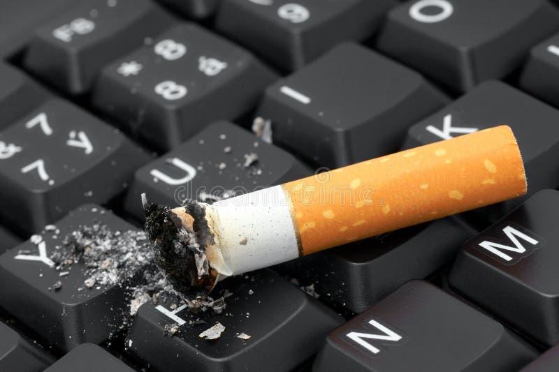 Gerookte sigaret. stock afbeelding