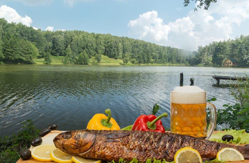 Gerookte vissen met bier stock afbeeldingen