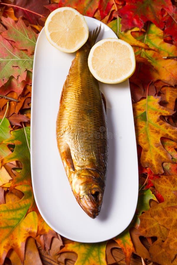 Gerookte vissen op een plaat royalty-vrije stock foto's