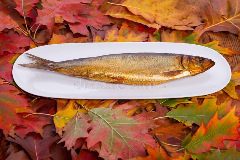 Gerookte vissen op een witte plaat royalty-vrije stock foto