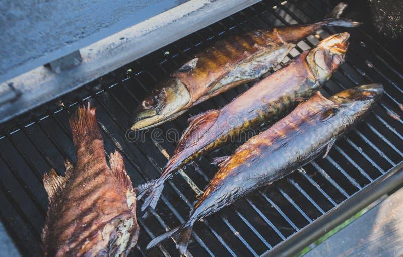 Gerookte vissen in rookhok stock afbeelding