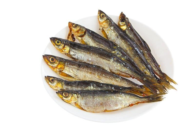Gerookte vissenwitte vis op plaat op wit stock afbeeldingen