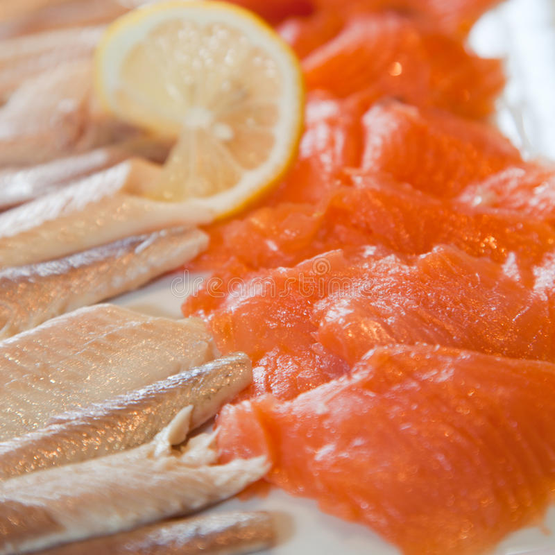 Gerookte zalm en visfilets op een buffet royalty-vrije stock afbeelding