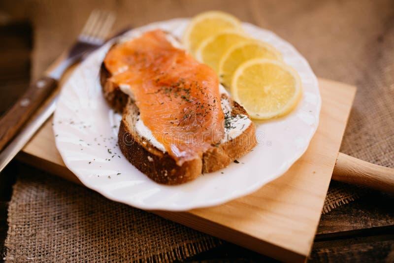 Gerookte zalm met kaas geroosterde van de broodcitroen en yoghurt onderdompeling stock foto's