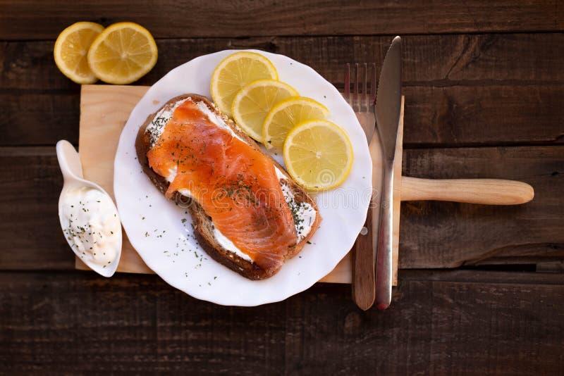 Gerookte zalm met kaas geroosterde van de broodcitroen en yoghurt onderdompeling stock fotografie
