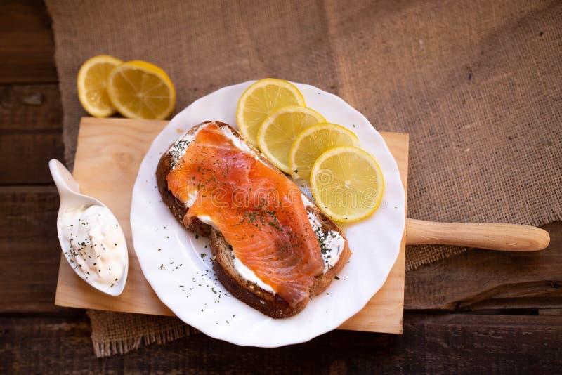 Gerookte zalm met kaas geroosterde van de broodcitroen en yoghurt onderdompeling stock afbeeldingen