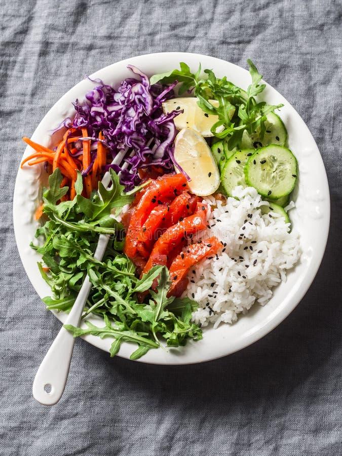 Gerookte zalm, rijst, de machtskom van groentenboedha op grijze achtergrond, hoogste mening Rode kool, wortelen, arugula, rijst,  royalty-vrije stock foto