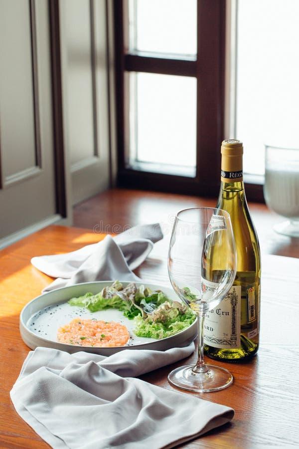 Gerookte zalm tartare tonijn, salade en citroen royalty-vrije stock afbeeldingen
