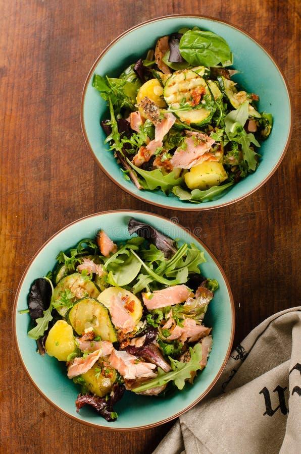 Gerookte zalm, verse greens en geroosterde groentensalade stock fotografie