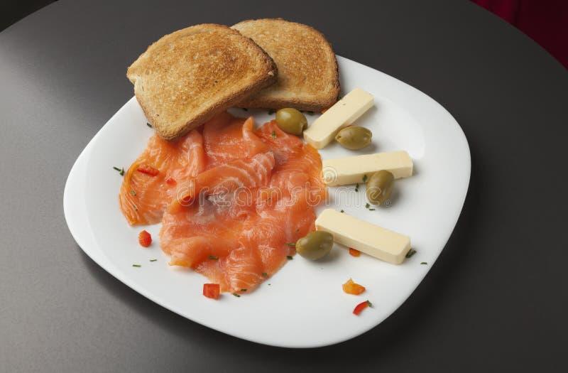 Gerookte zalmfilethaakwerk met geroosterde brood en olijven royalty-vrije stock afbeeldingen