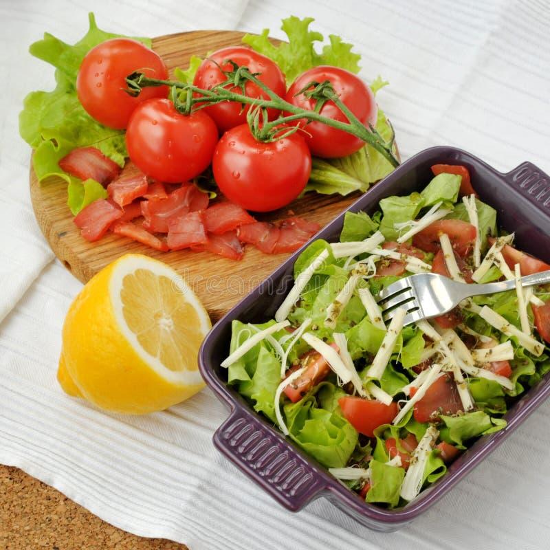 Gerookte zalmsalade met groenten stock foto