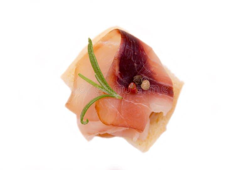 Gerookte zwaardvissen op geroosterd brood stock foto's