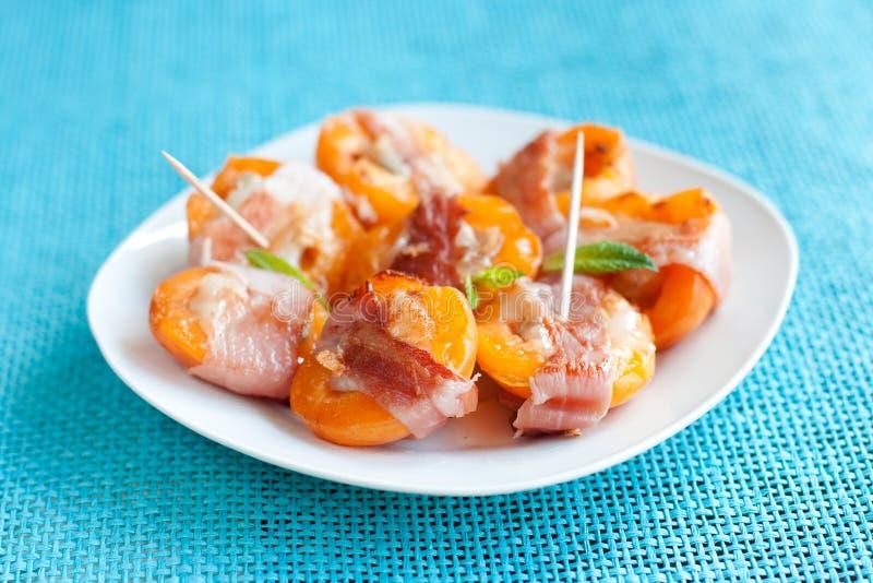 Geroosterd abrikozen woth bacon stock afbeelding