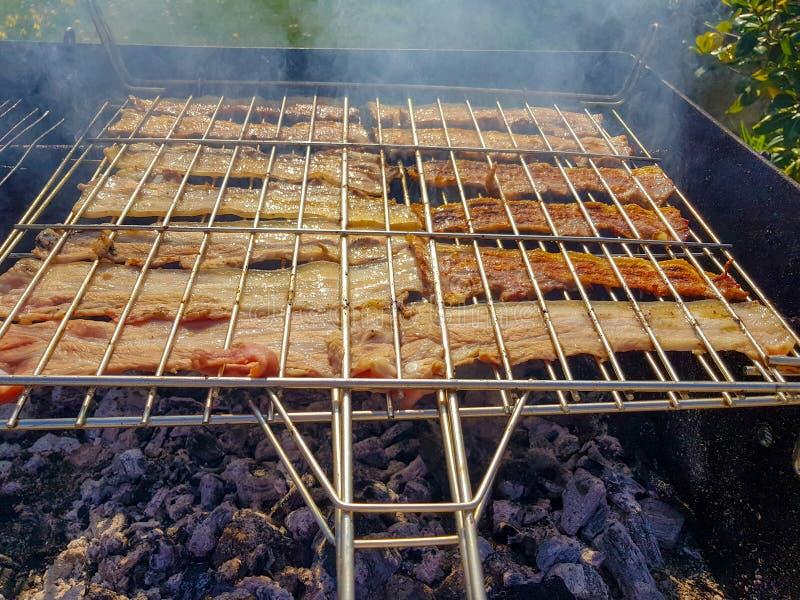 geroosterd bacon voor het roosteren op een feestelijke dag in het platteland royalty-vrije stock afbeeldingen