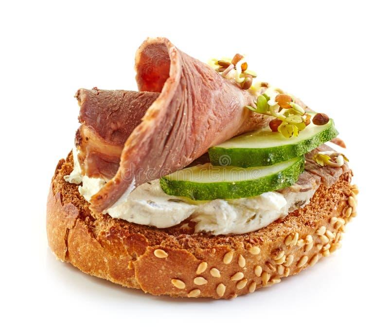Geroosterd brood met braadstukrundvlees en komkommer stock afbeeldingen