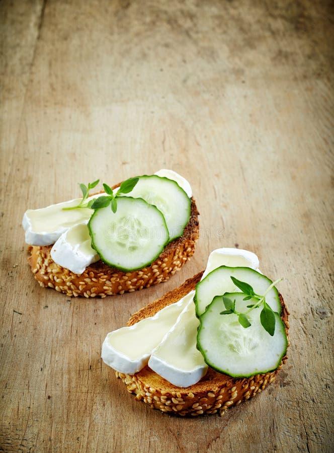 Geroosterd brood met Brie en komkommer stock afbeeldingen