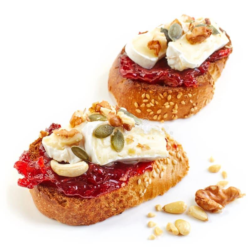 Geroosterd brood met jam en Brie royalty-vrije stock fotografie