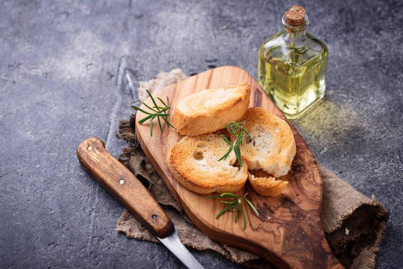 Download Geroosterd Brood Met Olijfolie En Rozemarijn Stock Foto - Afbeelding bestaande uit plak, italiaans: 107701822