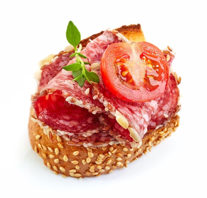 Geroosterd brood met salami en tomaat royalty-vrije stock afbeeldingen