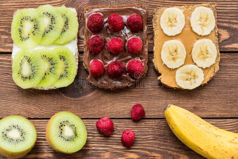 Geroosterd brood met verse vruchten en bessen voor ontbijt stock foto